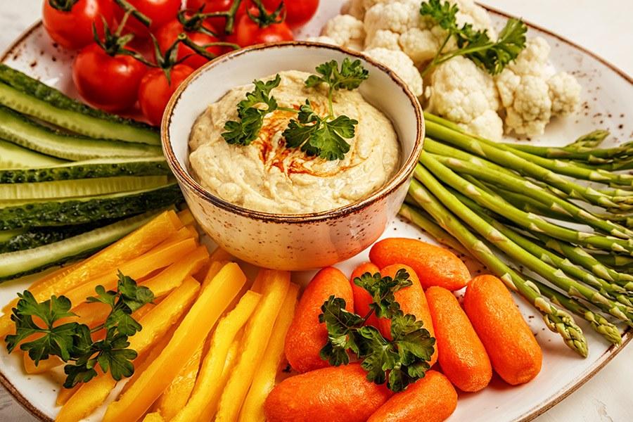 rauwe groenten met hummus dip