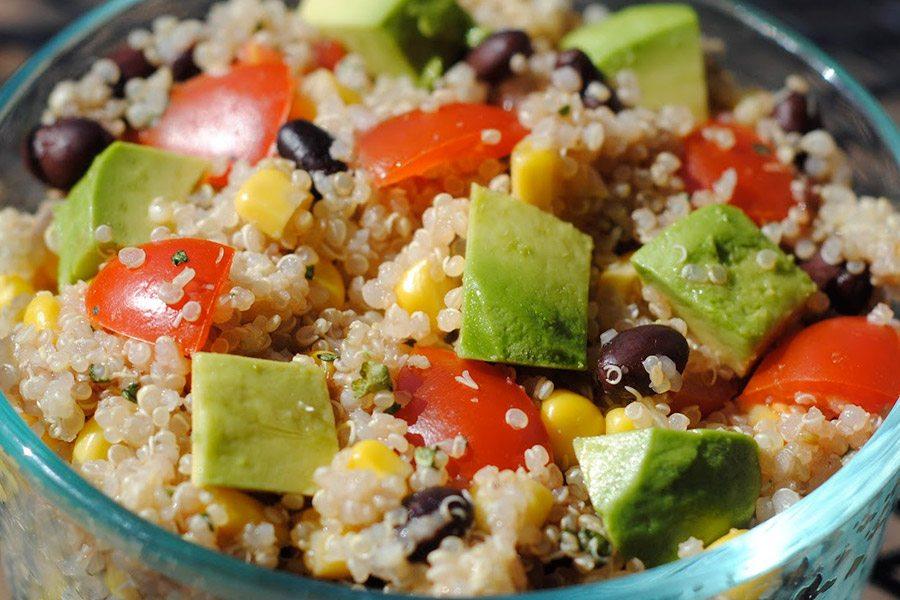 quinoa avocado salade met bonen en mais