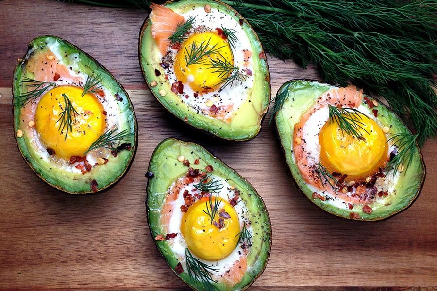 gevulde avocado gerookte zalm ei
