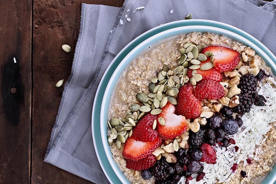 havermout ontbijt met fruit zaden noten