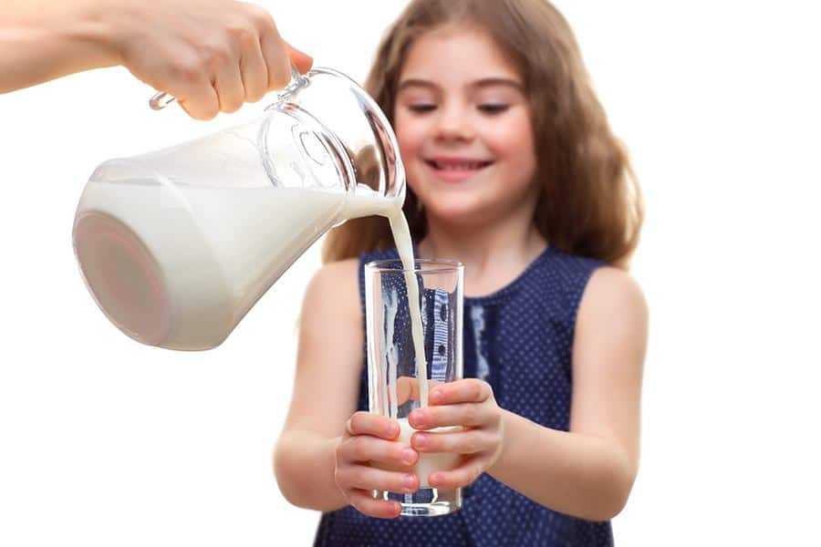 meisje drinkt kefir
